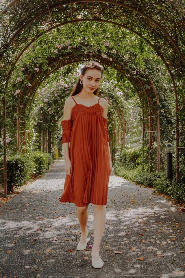 OFF SHOULDER PLEATED MIDIDRESS (AUBURN)