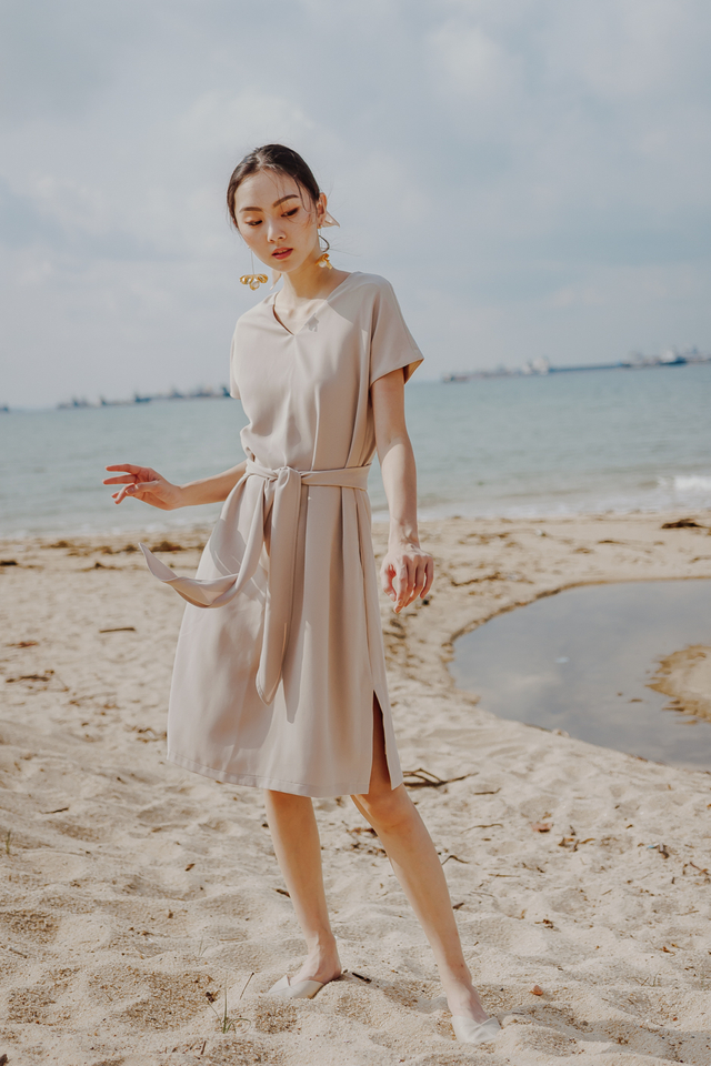 LOIDERY TIE WAIST DRESS (SAND)